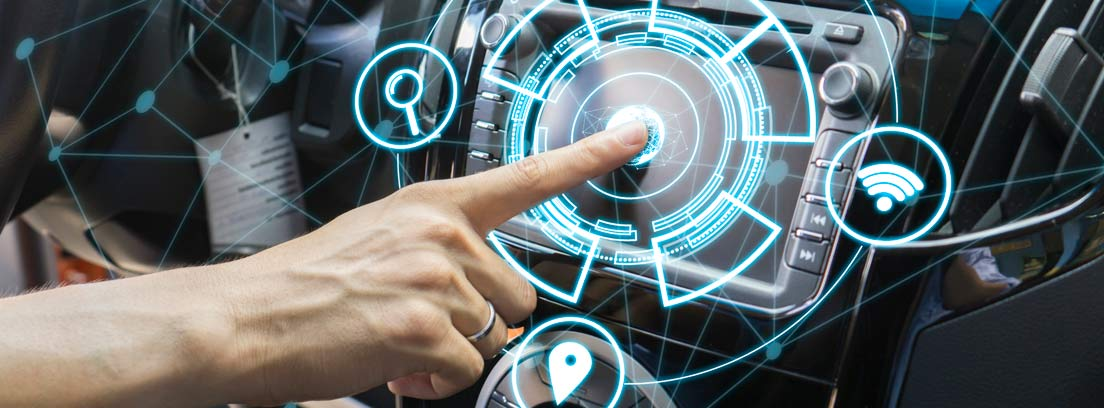 Mano tocando el panel que controla el software para coches dentro de un vehículo