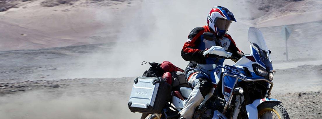 Motorista sobre una moto Honda Africa Twin Adventures Sports