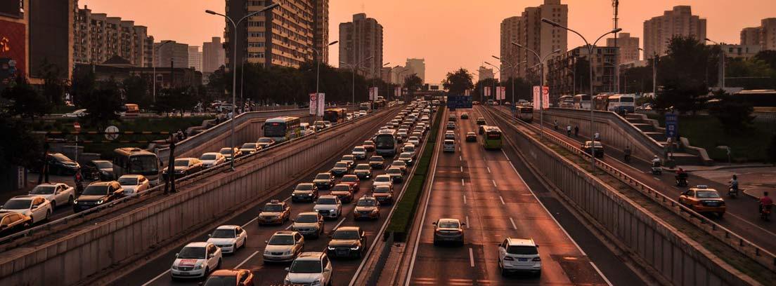 Vista general de coches circulando por carretera de gran ciudad