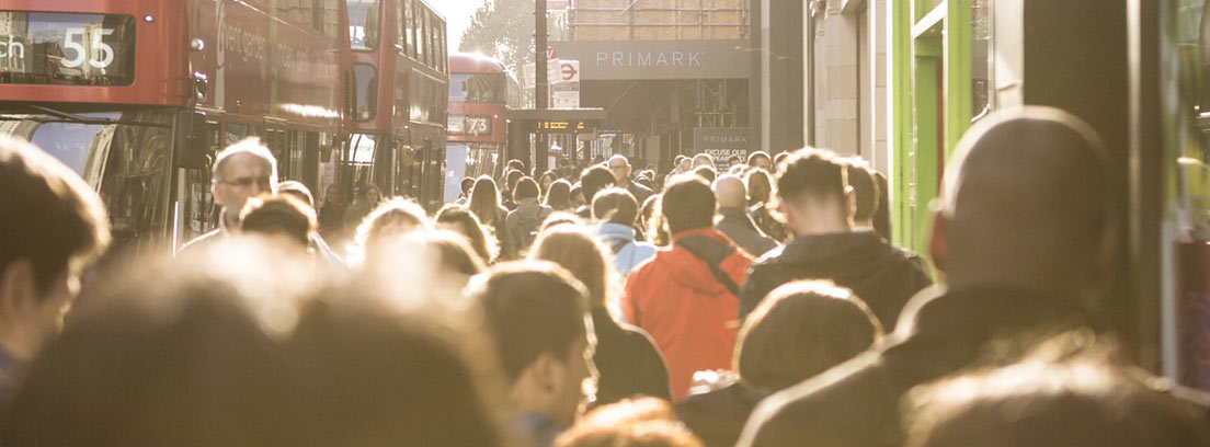 Peatones junto a autobús de transporte público en Londres.