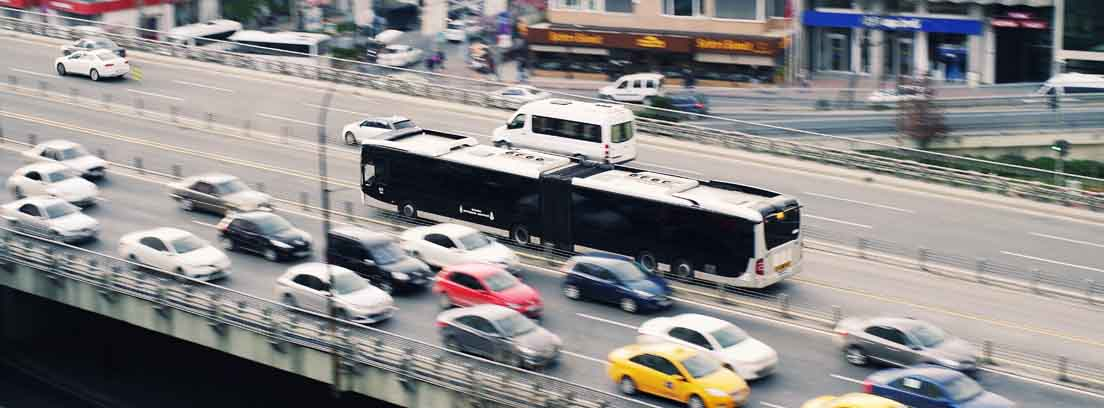 Carretera de varios carriles para cada sentido por el que circulan coches.