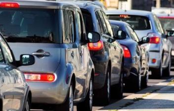 Fila de coches diesel y gasolina en una carretera.