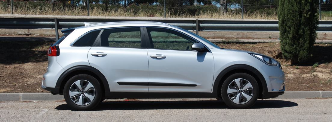 Kia Niro color plata estacionado
