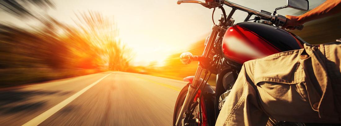 Motocicleta circulando por carretera