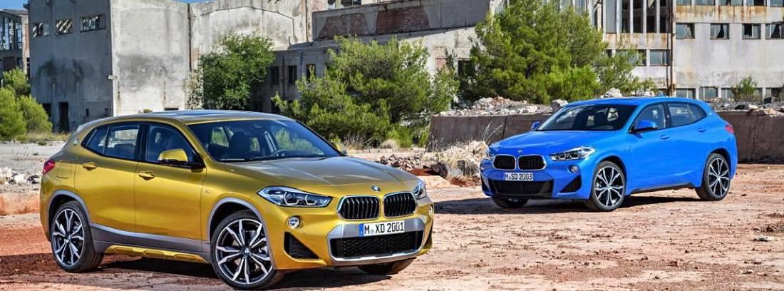 """Dos modelos BMW X"""" en amarillo y azul estacionados"""