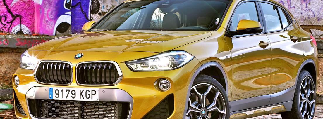 Vista frontal de un BMW X2 amarillo