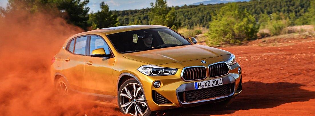 BMW X2, derrapando en un descampado