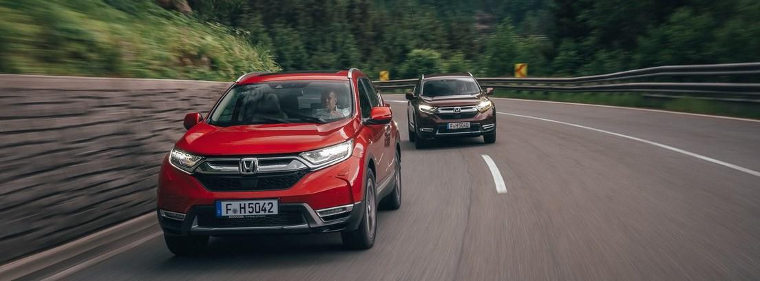 Dos Hondas CR-V circulando en carretera