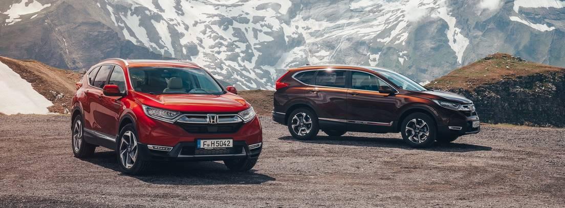 Dos vehículos Hondas CR-V entre montañas