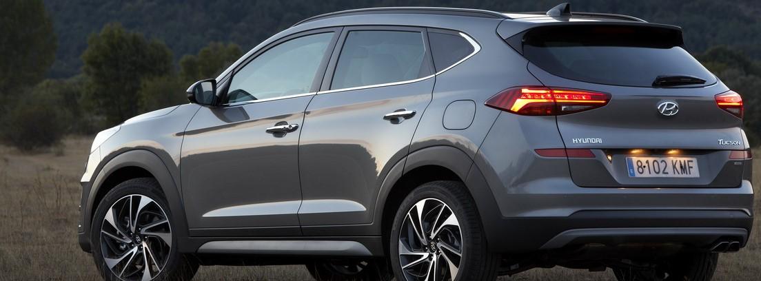 Vista trasera del nuevo Hyundai Tucson en fondo natural.
