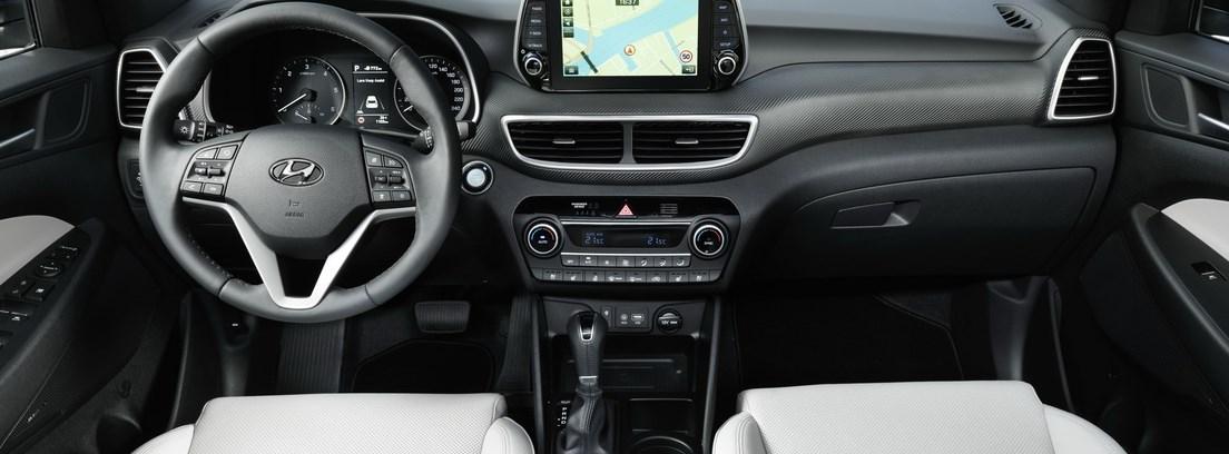 Interior del nuevo Hyundai Tucson con volante y asientos.