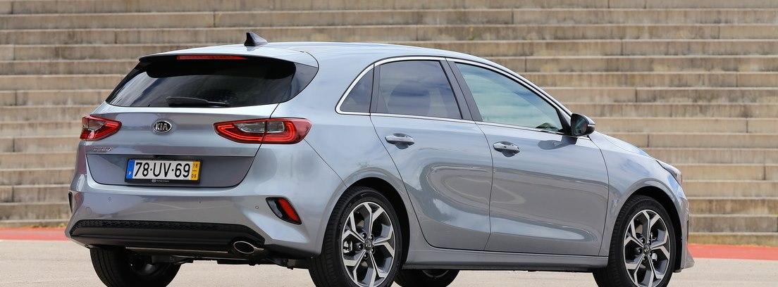 Vista lateral trasera del nuevo Kia Ceed plata estacionado