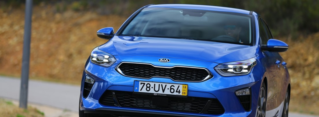 Kia Ceed azul circulando en carretera