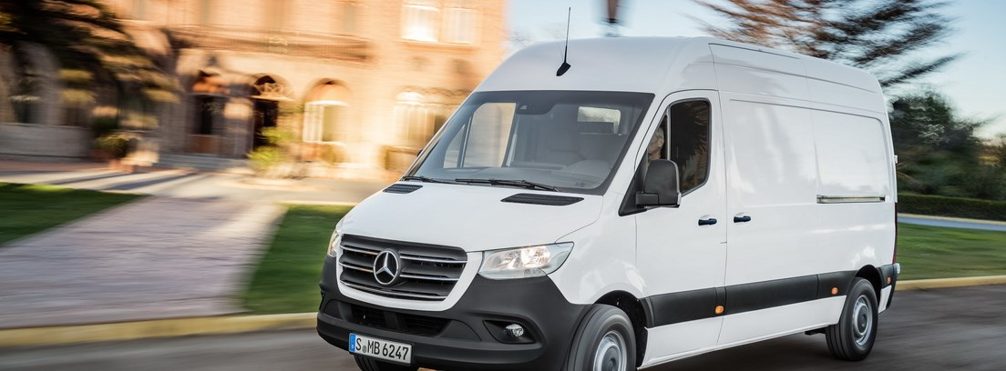 Mercedes Sprinter blanca en carretera