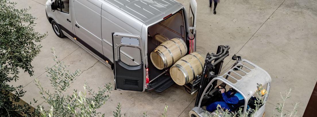 Carga trasera de barricas en una Mercedes Sprinter