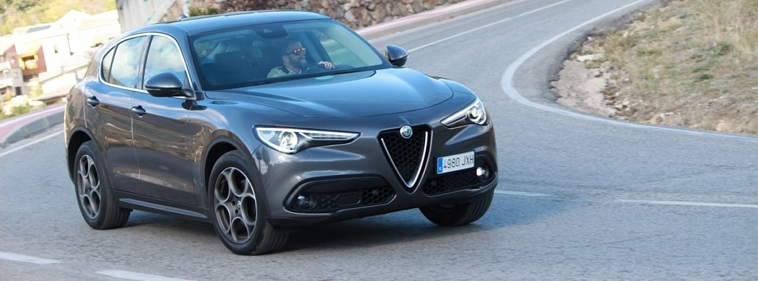 Vista delantera del Alfa Romeo Stelvio en carretera