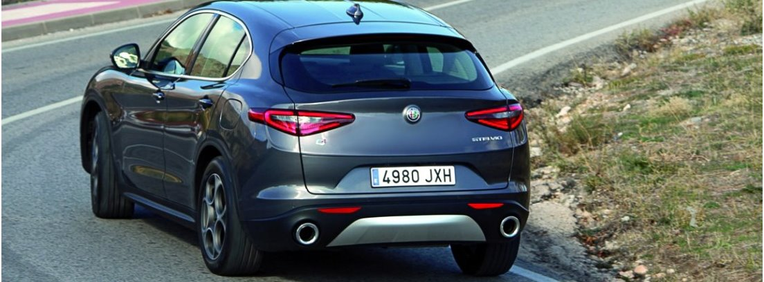 Vista trasera del Alfa Romeo Stelvio en carretera