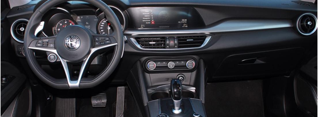 Vista interior del salpicadero del Alfa Romeo Stelvio