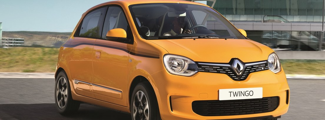 Renault Twingo amarillo en carretera