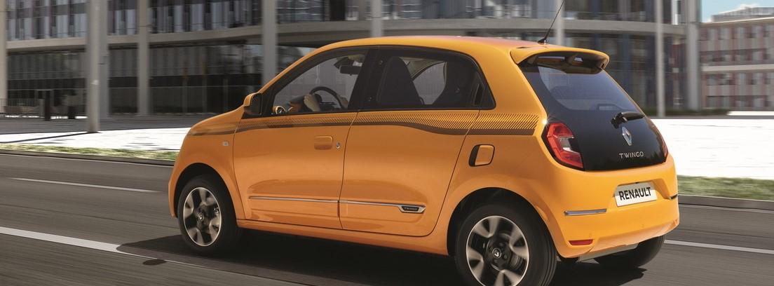Vista trasera del Renault Twingo amarillo en carretera