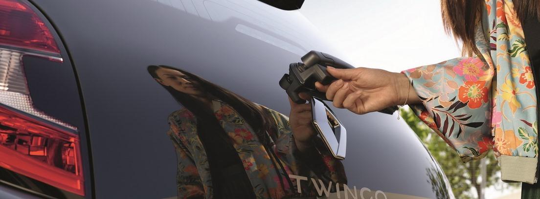 Portón trasero del Renault Twingo y mano de mujer