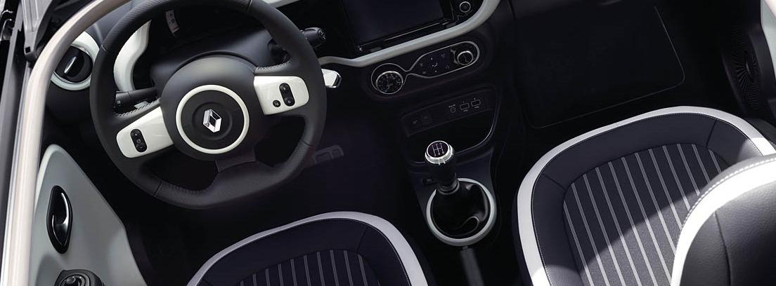 Vista del interior del Renault Twingo con volante