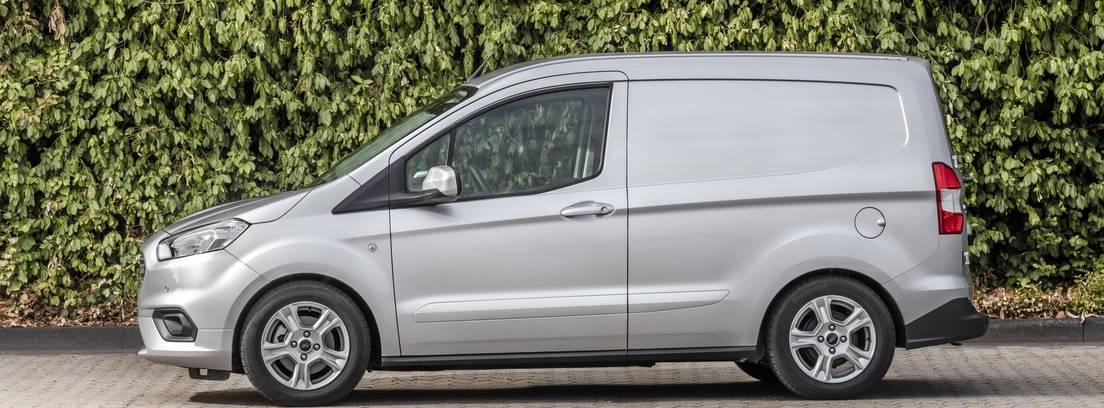 Ford Transit Courier plata estacionado