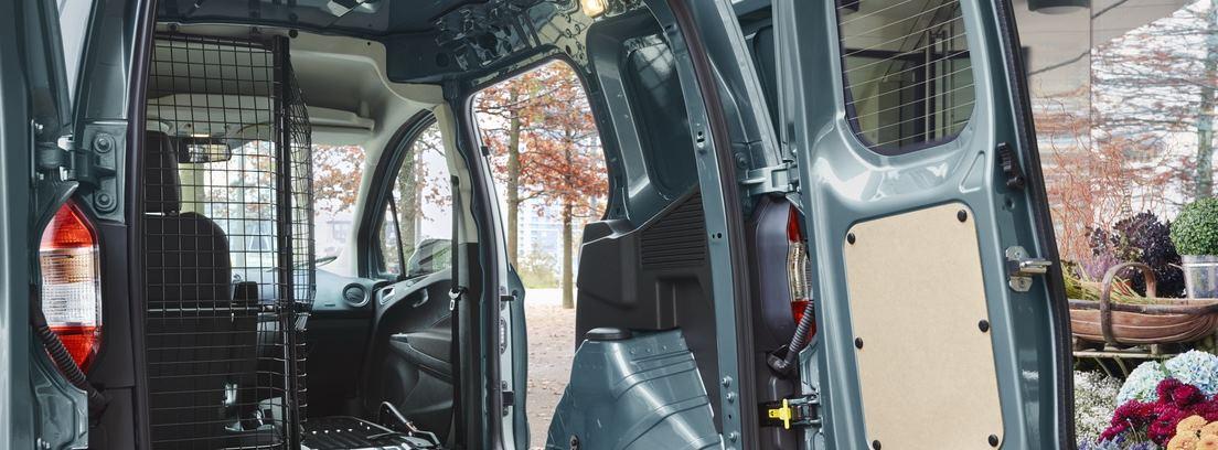Parte trasera del Ford Transit Courier con las puertas abiertas