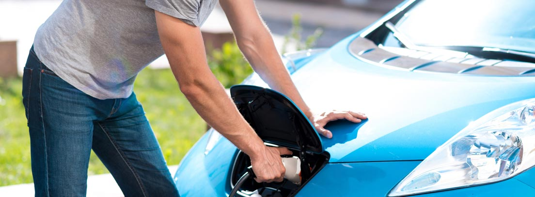 Hombre recargando su coche eléctrico