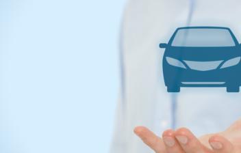 Mano de un hombre sujetando la ilustración de un coche