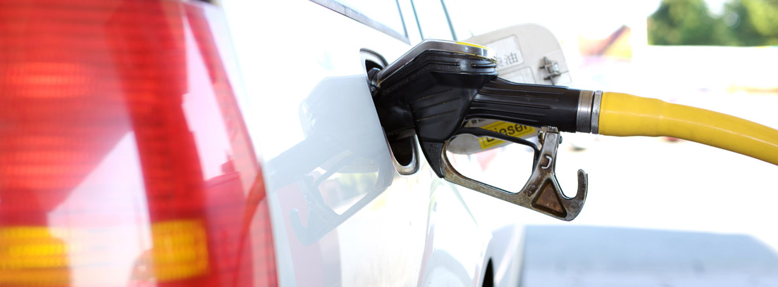 Manguera repostando combustible en un vehículo
