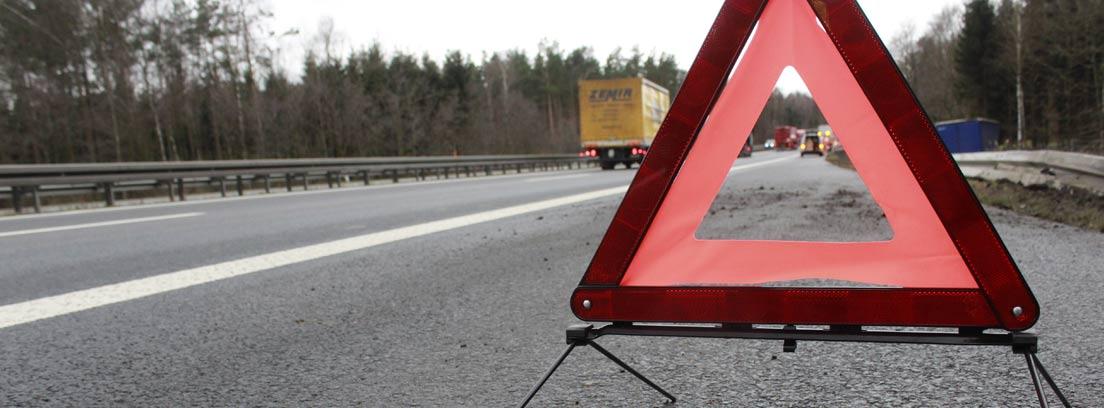 Triangulo de señalización de coche averiado en una carretera