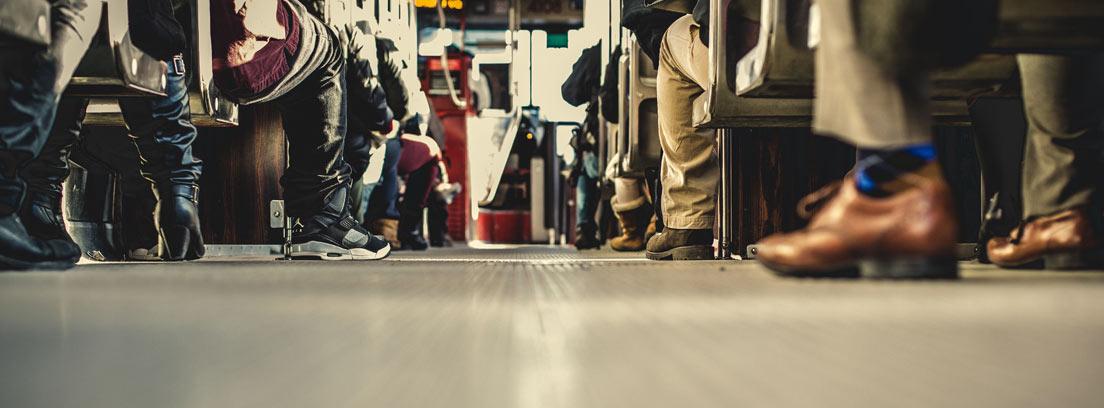 Vista del suelo del interior de un autobús