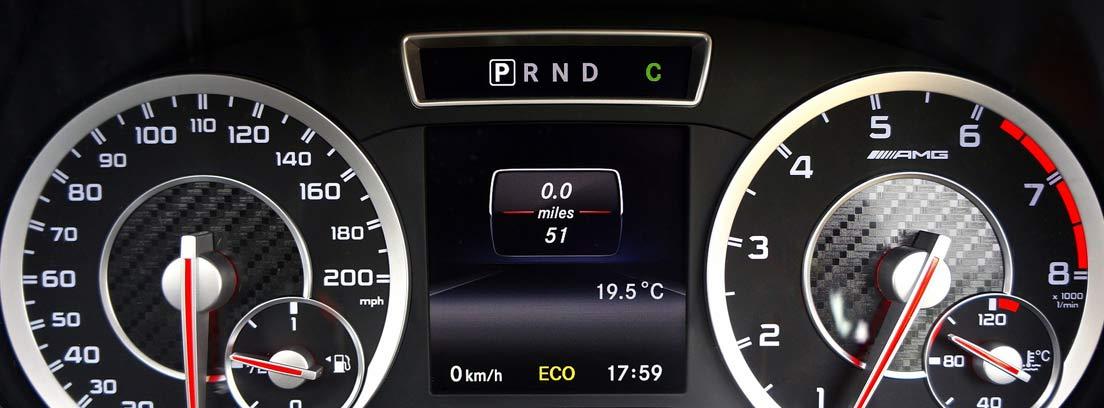 Relojes indicadores de potencia y velocidad en un cuadro de mandos de coche.