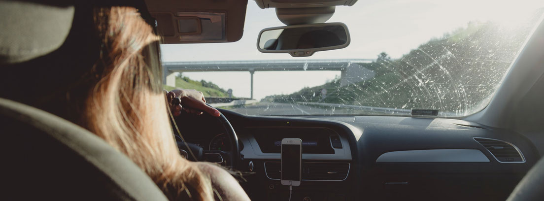 Mujer dentro de coche circulando