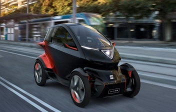 Coche Seat Minimó circulando por una calle