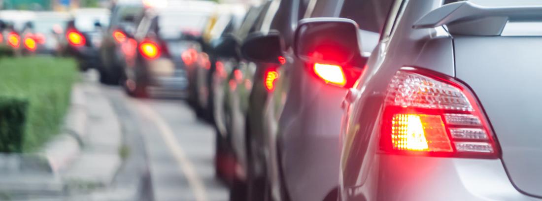 Congestión de tráfico con una hilera de coches vistos desde atrás