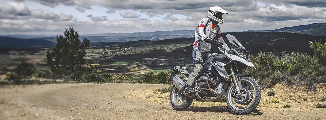 Hombre conduciendo una moto enduro en el campo