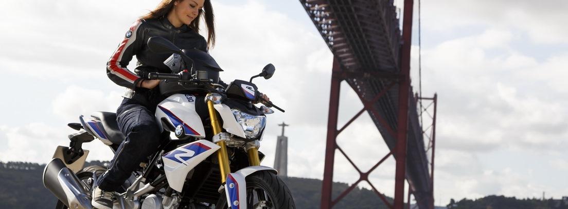 Chica montando en la BMW G 310 R