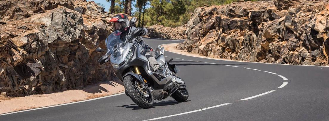 Honda X-ADV 3 en carretera secundaria