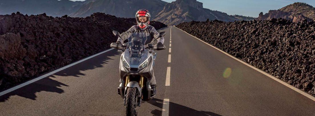 Honda X-ADV 5 por carretera secundaria