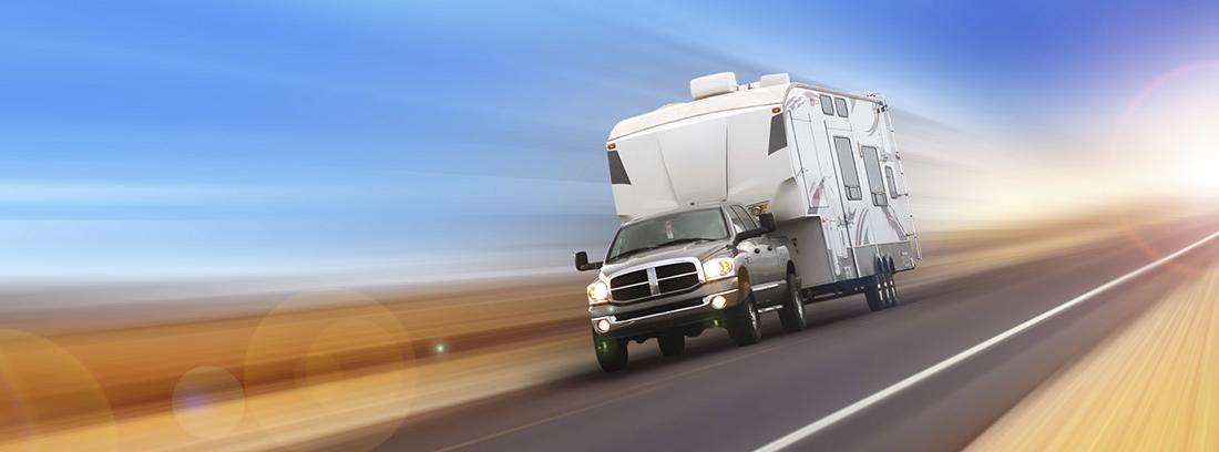 Coche con remolque de caravana por la carretera