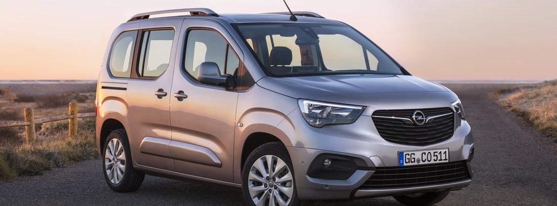 Vista delantera del Opel Combo Life en el atardecer