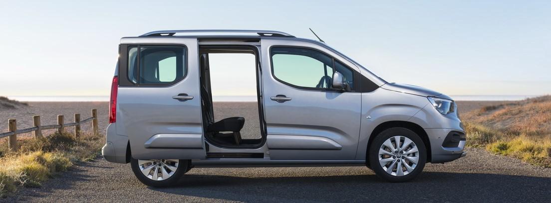 Visión lateral del nuevo Opel Combo Life con fondo de playa