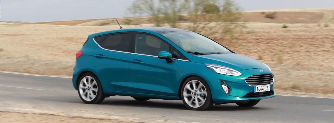 Ford Fiesta Ecoboost en azul por carretera secundaria