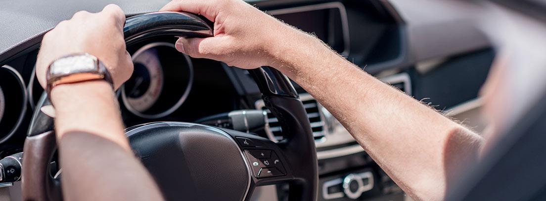 Manos sobre el volante de un coche