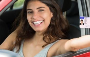 chica en el interior de un coche mostransu su carnet de conducir en la mano