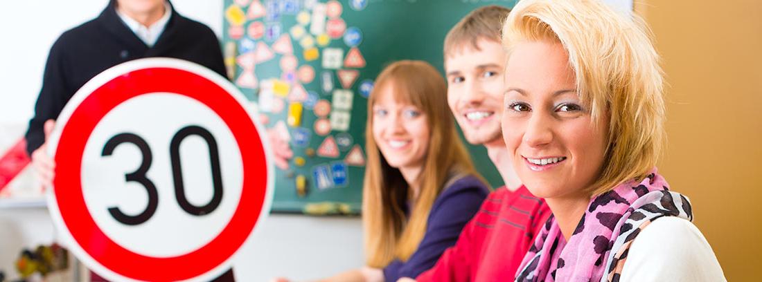 Personas en clase en una autoescuela