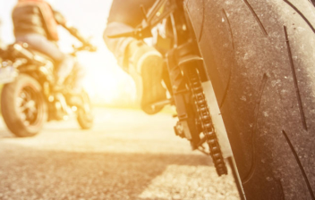 Vista trasera de dos motos circulando por una carretera