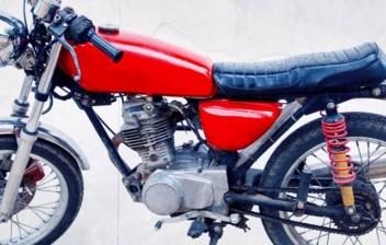 Motocicleta clásica de color rojo